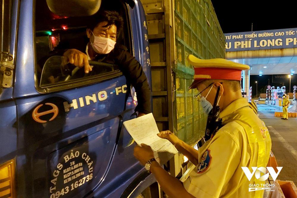 Thủ tướng: Không kiểm tra xe chở hàng thiết yếu phục vụ vùng dịch
