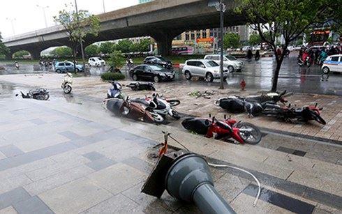 Xe máy - Kinh nghiệm đi xe máy an toàn trong mưa bão